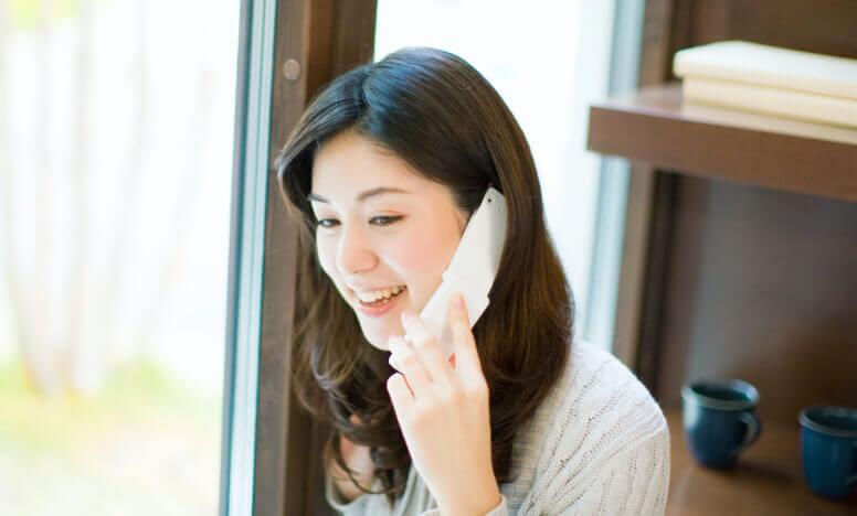 患者様が電話で相談する様子
